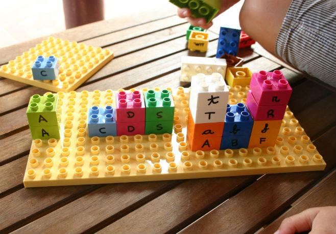 Actividad infantil lectoescritura con lego: emparejar letras