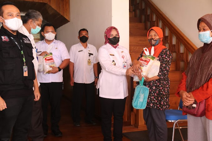 "181 Warga Kelurahan Jepon Terima Sembako, Wabup : ""Mari Bergotong Royong Atasi Dampak COVID 19"""