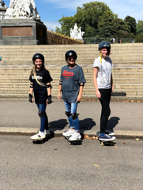 madmumof7 and daughters on skateboards in Kensington Gardens