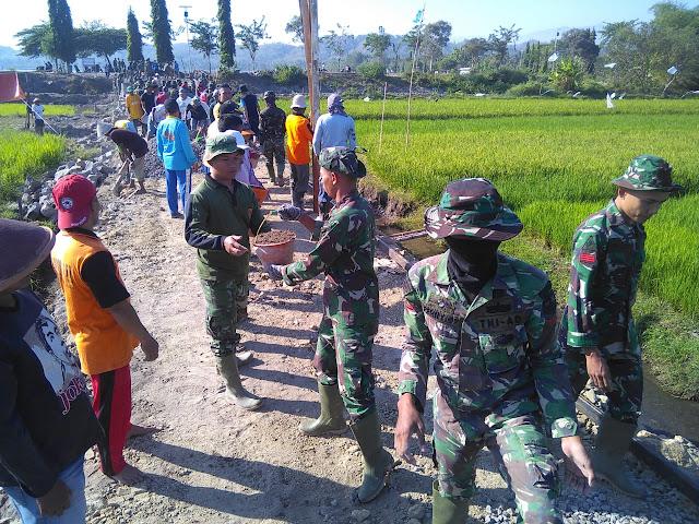 Inilah Gotong Royong Yang Ditunjukan  TNI Bersama Warga Pada TMMD Reg 105