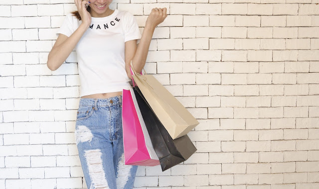 mulher com sacolas fazendo compras