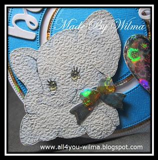 Een close-up van het olifantje van behangpapier met een glimmende strik. A close-up of the wallpaper elephant with a shiny bow.