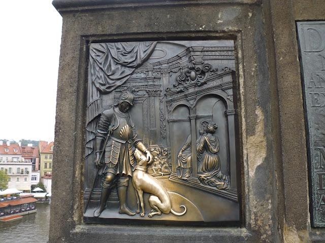 Detalles del atril de la estatua de San Juan Nepomuceno en el Puente de Carlos (Praga) (@mibaulviajero)