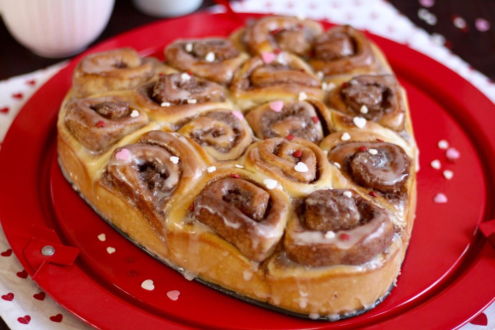 Super leckere Zimtschnecken / Fluffig-saftige Hefeteig-Schnecken: Herzkuchen zum Valentinstag | Rezept und Video von Sugarprincess