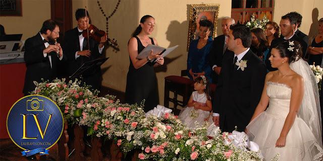 soprano canta delante de los novios con violinista y flautista