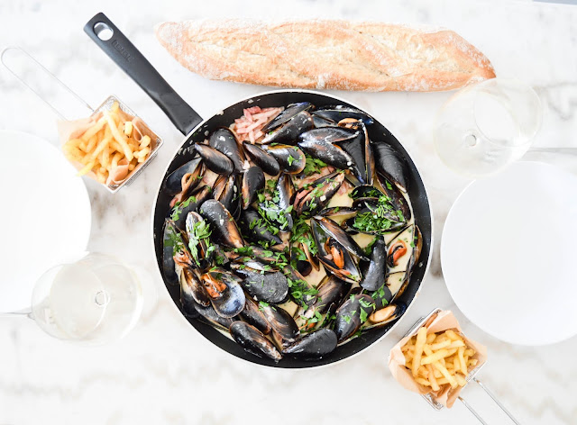 Mussels with bacon and creamy sauce