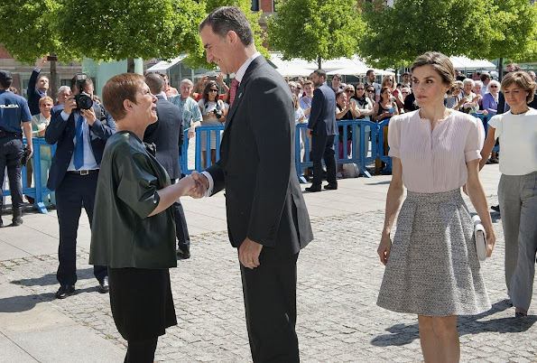 Queen letizia wore Hugo Boss Rizalia Flared Skirt, Magrit shoes, Felpe Varela Clutch, Tous Pearl Earrings