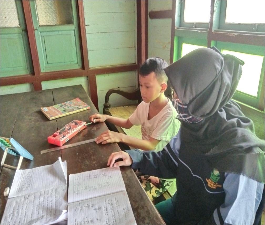 MAHASISIWI KKN UIN WALISONGO SEMARANG DAMPINGI ANAK-ANAK BELAJAR
