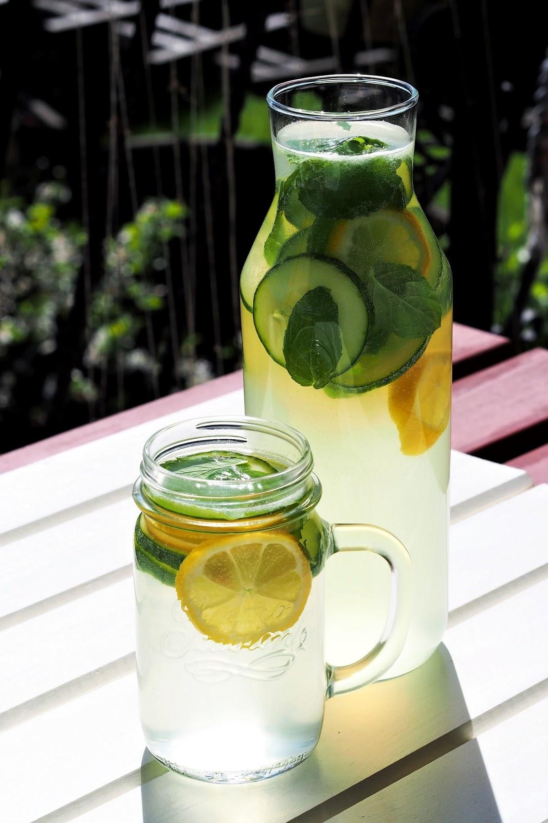 Cytrynowo-ogórkowa lemoniada z miętą.