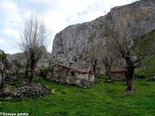 Pasando por la Braña el Brazu en los Lagos de Covadonga.
