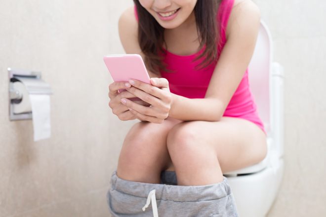 Por qué debería dejar de usar su teléfono en el baño
