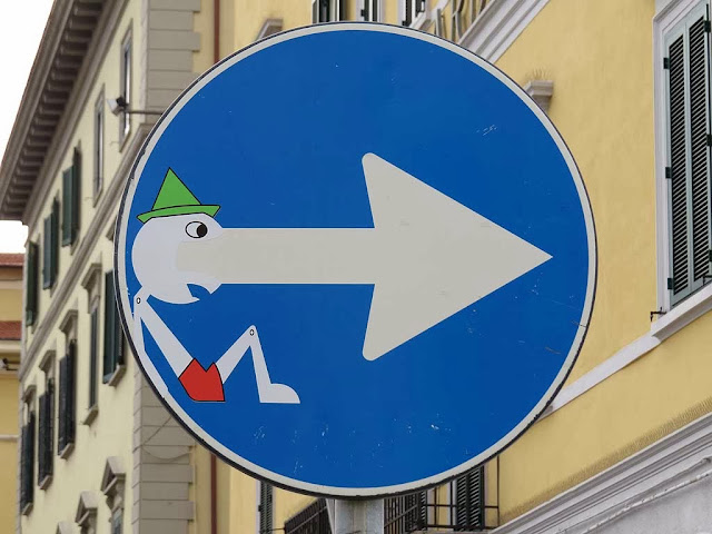 Clet Abrahams, Pinocchio on a turn right sign, piazza Cavour, Livorno