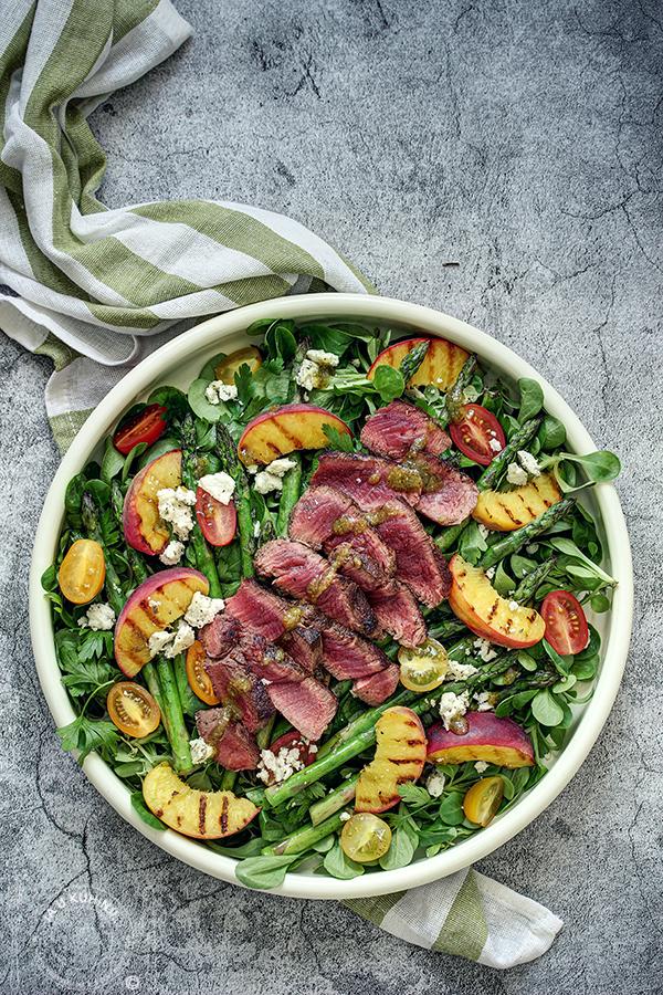 Biftek na salati sa grilovanim breskvama i šparglama