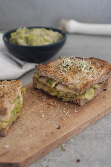 Cuillère et saladier : Croque-monsieur aux poireaux et tofu fumé (vegan)