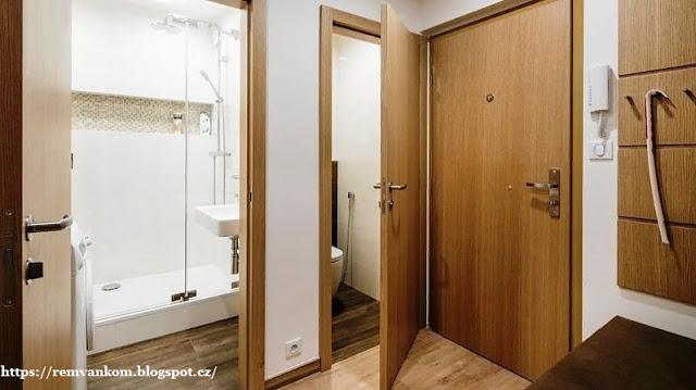 После ремонта маленькая ванная комната получила просторную душевую кабину