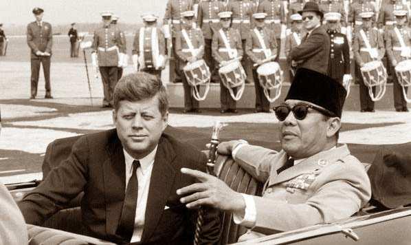 Berdua presiden soekarno dan presiden F kennedy dari AS