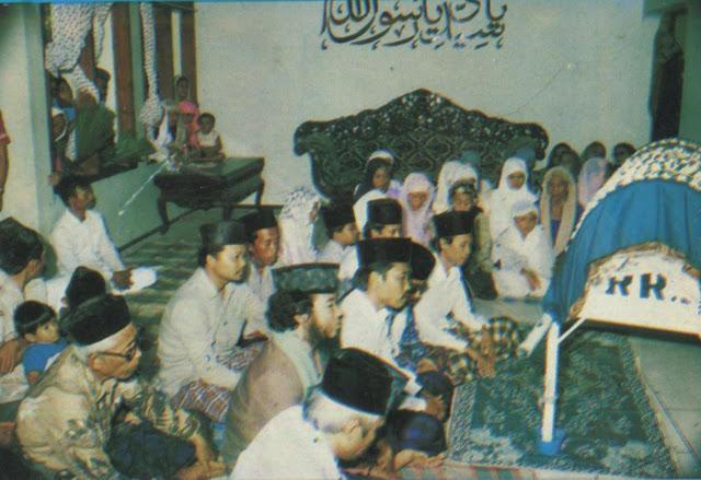 Keluarga Bermujahadah disisi Jenazah Muallif Sholawat Wahidiyah RA