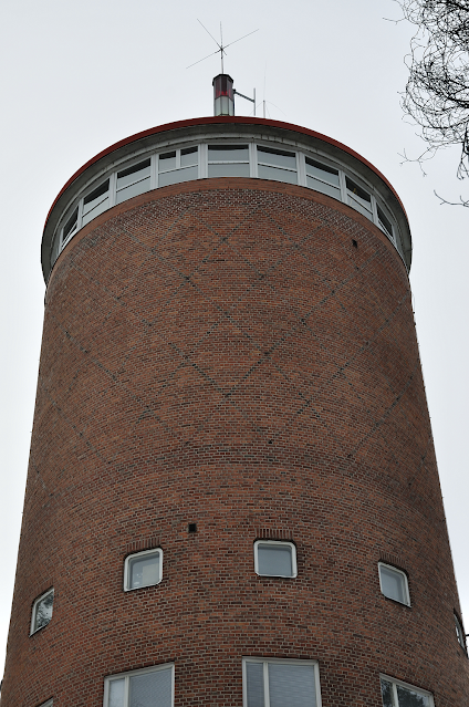 Punatiilinen pyöreä vesitornin yläosa.