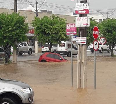 Barreiras-BA: Forte chuva nesta manhã alagam ruas em diversos bairros. Vídeo