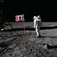 Bandera en la Luna