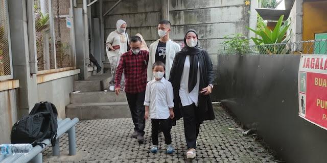 Kunjungi Rutan KPK, Iis Rosita Dan Anaknya Dapat Pesan Khusus Dari Edhy Prabowo