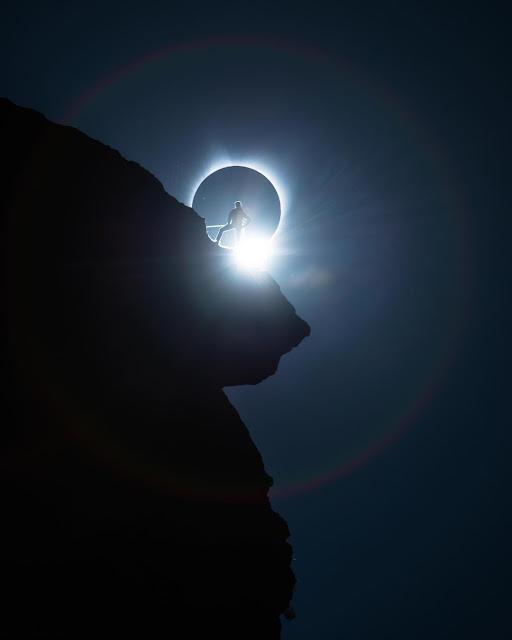 Một người leo núi tạo dáng ấn tượng vào khoảnh khắc Mặt Trăng che khuất hoàn toàn Mặt Trời trên bầu trời. Hình ảnh: Ted Hesser.