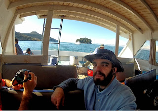 Aventureiro Gilberto retornando de barco após visita à Ilha do Sol.