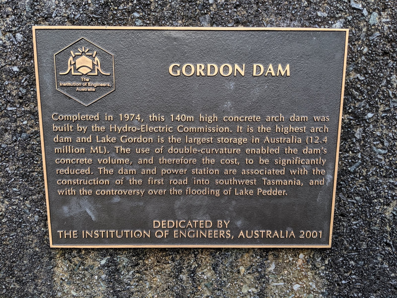 we couldn t resist the long walk down to the dam wall and staring down to where a quiet trickle of water now follows the course of the original gordon  [ 1600 x 1200 Pixel ]