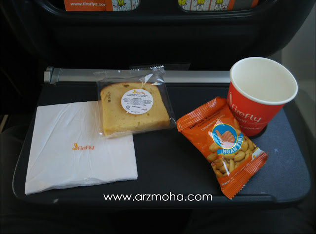 makanan diatas pesawat firefly, snek disediakan dalam pesawat firefly, makan apa dalam pesawat firefly, firefly snack, blogger malaysia dalam pesawat firefly,