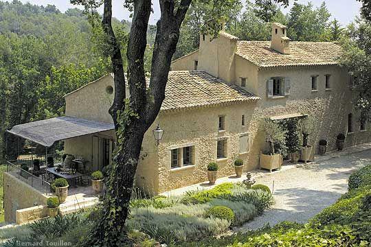 stone farmhouse exterior - image by Bernard Touillon via cotemaison fr,  Août-Septembre 2005, Maison Famille, La Nouvel Le Vie d Un Mas En Provence as seen on linenandlavender.net - http://www.linenandlavender.net/2014/01/backtoprovence.html