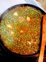 Patatas y guisantes con el sofrito y el caldo.