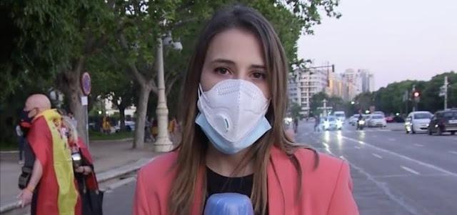Una periodista responde a los manifestantes que la tocan e insultan mientras trabaja