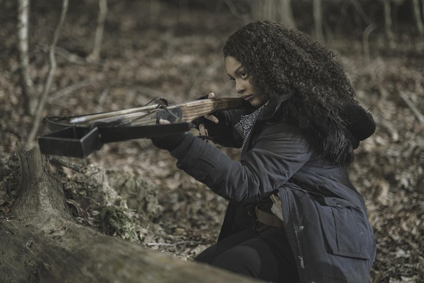 Iris ayuda a Felix a acabar con los zombies en el 2x02 de The Walking Dead World Beyond