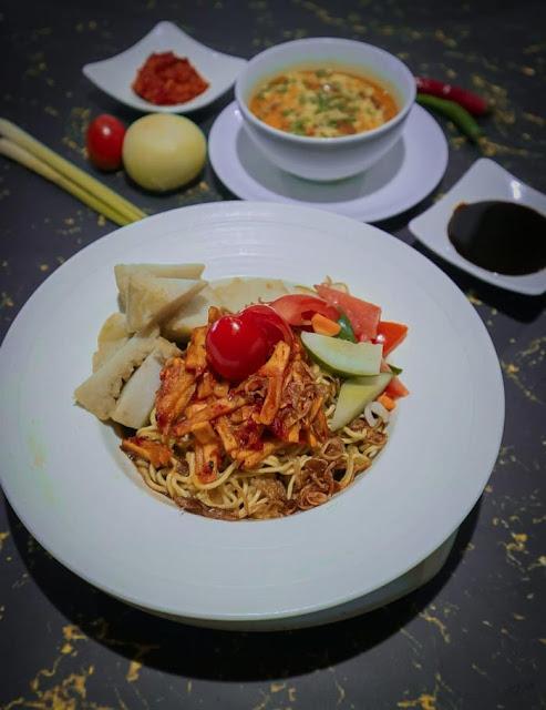 Berakhir pekan menikmati kuliner nusantara Nasi Jamblang dan Lontong Petis akan berasa berbeda. Ingin menikmati kuliner lezat ini ? datanglah ke tempat ini selagi masa promosi.