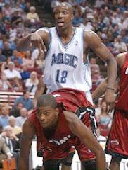 smešna slika: košarkaš iza protivnika