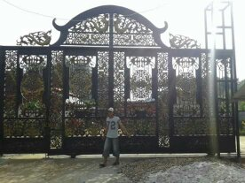 pemasangan Pintu Gerbang Besi Kokoh di rumah mewah Bupati Kutai dengan desain Pintu Gerbang Klasik Khusus