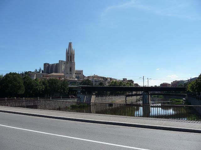 Испания. Жирона. Река Оньяр. Три моста: автомобильный, железнодорожный и пешеходный.