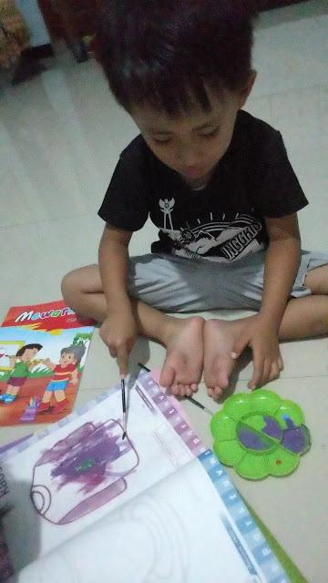 kegiatan-anak-PAUD-selama-WFH-corona-libur-sekolah-mewarnai-dengan-cat-air