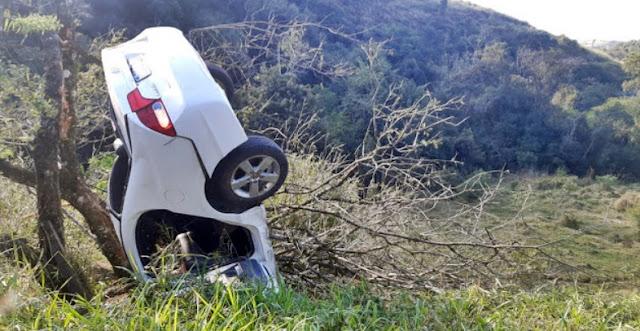 Nova Tebas: Motorista perde controle e carro fica pendurado às margens da rodovia