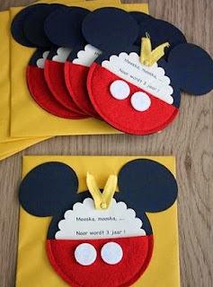 http://manualidadesreciclables.com/15967/como-hacer-tarjetas-de-invitacion-de-mickey-mouse