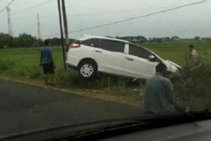 Diduga Ngantuk, Sebuah Mobil di Nganjuk Terperosok ke Sawah