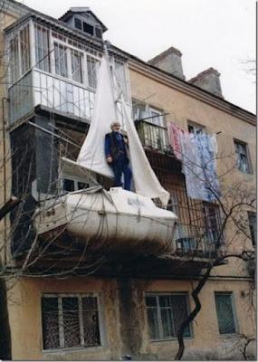 Un bateau utilisé comme extension de loggia