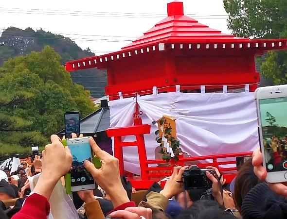 人文研究見聞録:田縣神社の豊年祭の玉姫命(タマヒメノミコト)を乗せた神輿