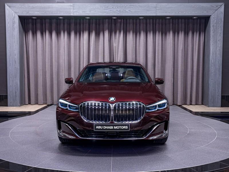 BMW 750Li 2020 hấp dẫn với màu đỏ hoàng gia Burgundy