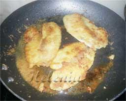 посыпаем черным молотым перцем и выкладываем на тарелку