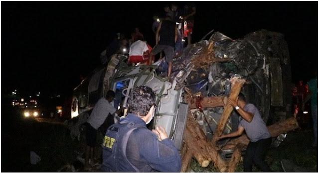 Bahia: Grave acidente entre carreta, ônibus e van deixa ao menos 12 mortos, VIDEO