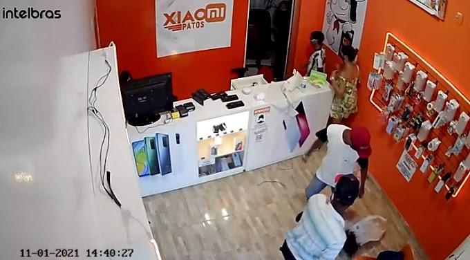 Dois homens armados roubam loja de celulares, em Patos