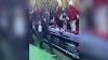 Un grupo de gente hace estallar champán en el ataúd de un funeral