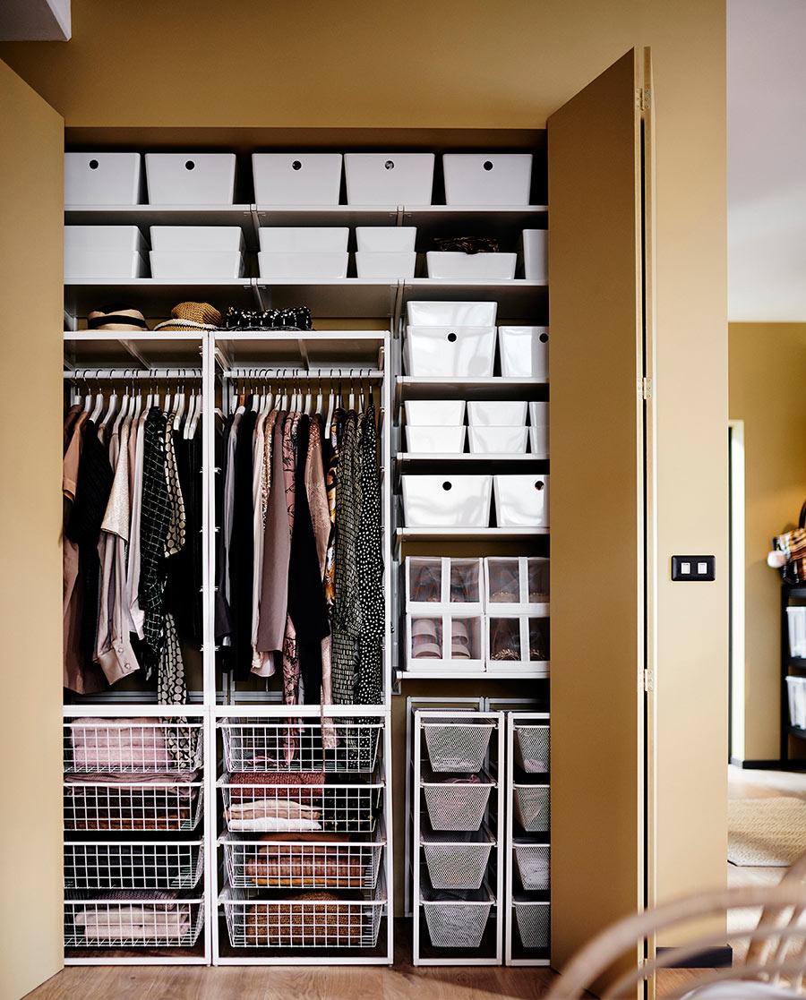 catálogo ikea 2020 dormitorio ocre vestidor armario blanco con almacenaje