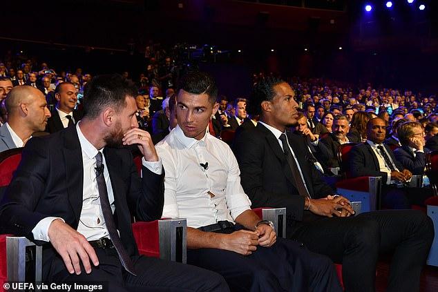 Messi và Ronaldo tay bắt mặt mừng, thân thiện khó tin